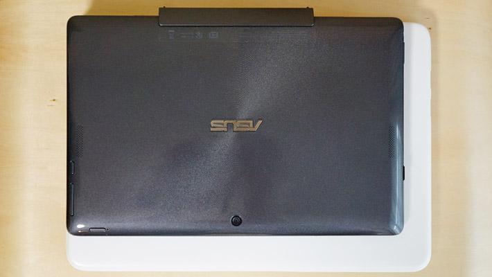 10.1インチの2 in 1 パソコン「ASUS TransBook T100TAL」とのサイズ比較