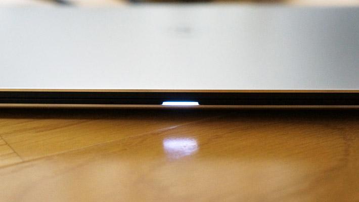 充電時には、本体前面のLEDランプが点灯