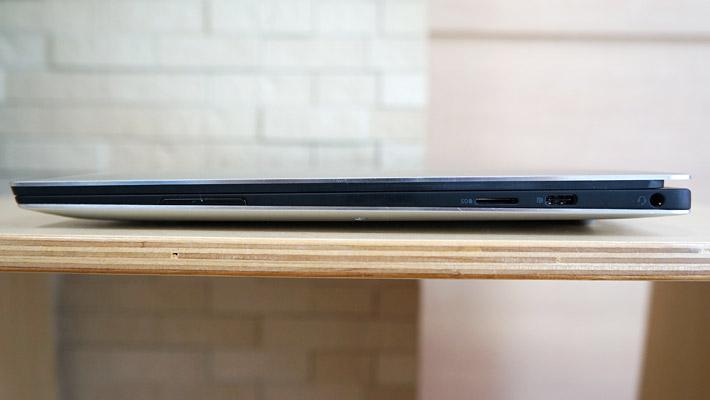 本体の右側側面には、イヤホンジャック、USB Type-C 3.1(PowerShare対応)/DC-InおよびDisplayPort、microSDスロット、スピーカー