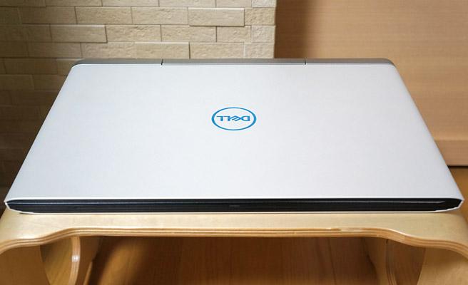 本体の前面にも通気口が配置されている為、最近の薄型のノートパソコンのように、前面が薄くて背面側が厚みのある感じではなく、全体の厚みが同じくらいで約25mmとなっています。幅は389mm、奥行きは274mmで重量は約2.63kg
