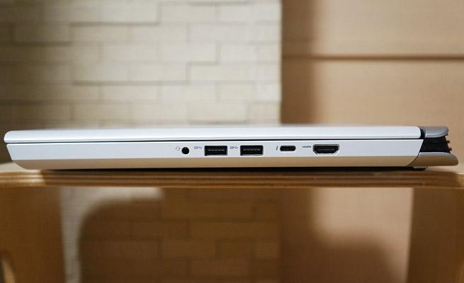 本体の右側側面には、ヘッドフォン/マイク端子、USB 3.1端子×2、3.40 Gbps ThunderboltおよびDisplayPortをサポートするType-C Thunderbolt 3、HDMI 2.0があります