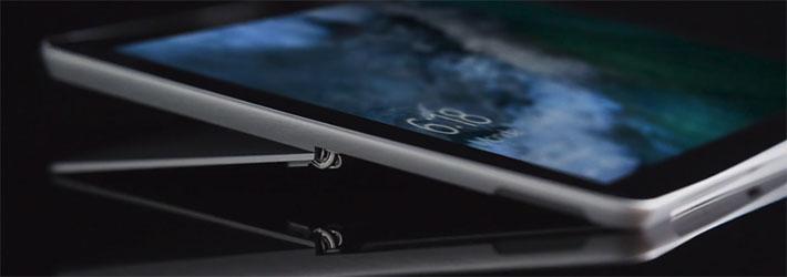 背面のキックスタンドは無段階で165度まで調整が可能となっており、自分の好きな角度に画面の傾きを調整することも可能