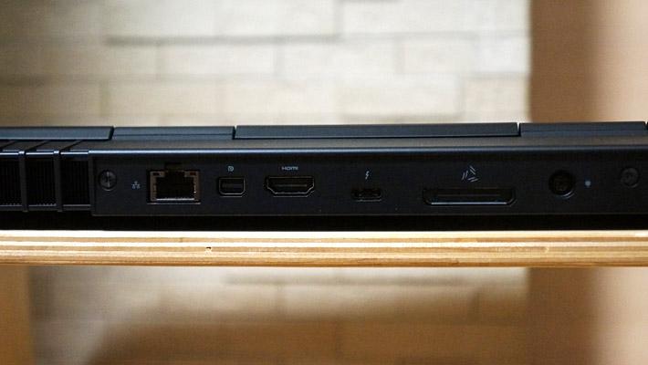 さらに本体背面には、ギガビットイーサネット、Mini-Display Port 1.2出力、HDMI 2.0出力、Thunderbolt 3ポート、Alienware Graphics Amplifier接続用ポート、Power/DC-inジャック が付いています。