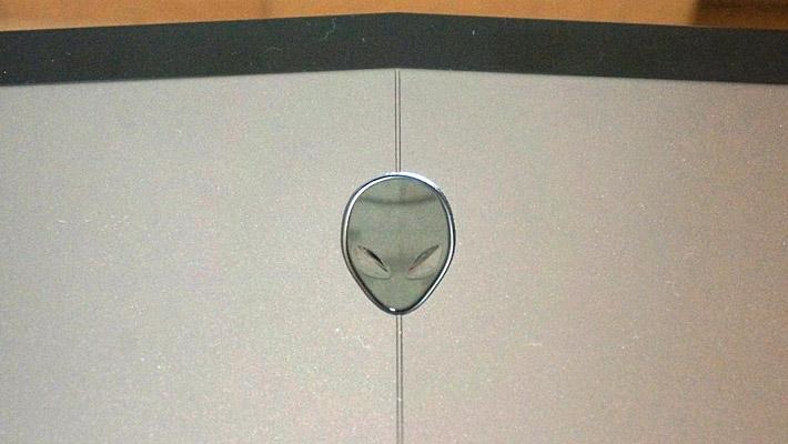 本体の天板にはDELLのロゴではなく、エイリアンのロゴがあしらわれています。