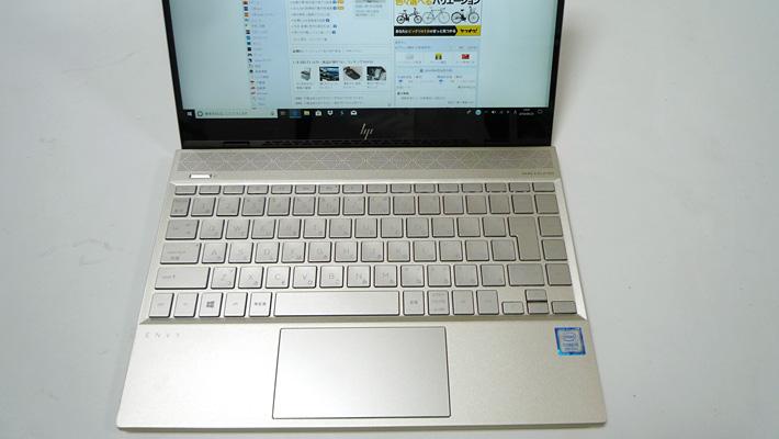 本体のキーボード側の面もシルクゴールドで統一されています
