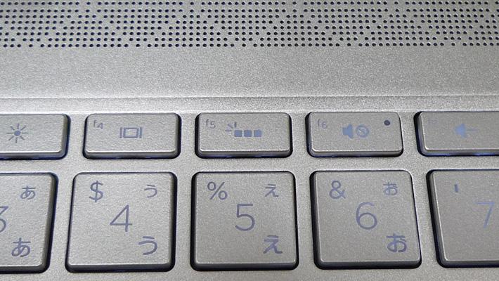 もしバックライトが点灯していない場合には、キーボードの数字「5」の上にある「f5」キーを押してみましょう。これでバックライトが点灯するはずです。