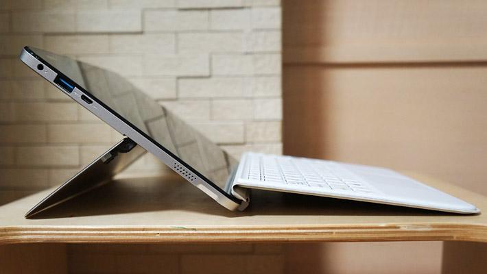 ただ実際には、最大の170度近くまで寝かせると、パソコンにマグネットでくっついているキーボードが、パソコンから離れてしまい使いづらくなってしまうので、そのように使うことはないかと思います。これくらいがギリギリですかね。。。