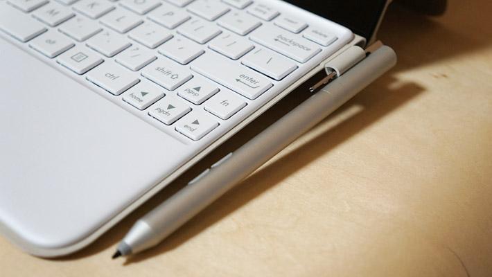 こちらは1,024段階の筆圧検知に対応している、付属のタッチペン「ASUS Pen」になります。キーボードカバーの横にペンを引っかけられるようになっています。