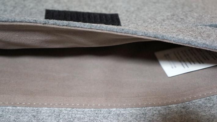 パソコンを収納する、ケースの内側の部分の素材はスエードになっていて、パソコンを傷つけずにふんわりと保護してくれます。