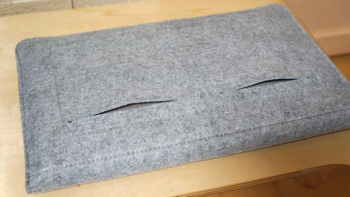 また、パソコンケースの背面にはポケットが2つ付いています。スマホや名刺入れ、手帳やペンなどを入れるのに良さそうですね。