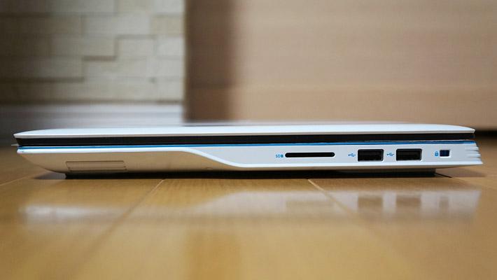本体の右側側面には、SDカード、USB 2.0ポート×2、ロックスロットがあります。