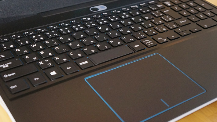 キーボードにはテンキーもついているのですが、バックライトはついていません(オプションでバックライトの付いたキーボードを選べます)。キーピッチは実測で約18mmになります。また、上位機種のDELL G7ではタッチパッドの周りが角度によっては光っているように見えるのですが、G3ではただの青い線になっています。