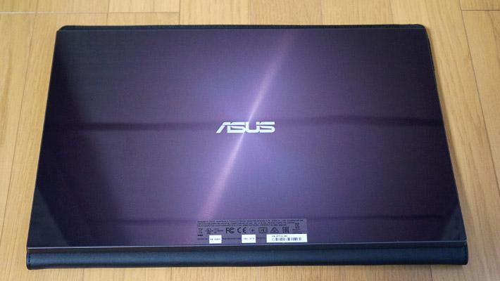 本体を背面から見るとこのようになっています。サイズも15.6インチなので、ほとんどノートパソコンですよね(^^;