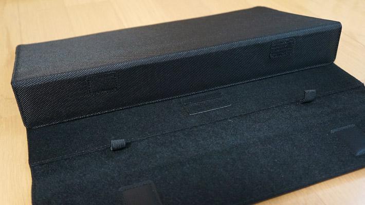 スタンドとして使う際には、このようにケースの内側を折り曲げて立てて。。。