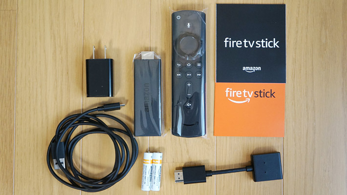 Fire TV Stickの同梱品は、Fire TV Stick本体の他に、Alexa対応音声認識リモコンと単4電池2本、給電用のmicroSDケーブルと電源アダプタ、HDMI延長ケーブルと説明書・保証書になります。