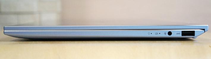 本体の右側側面には、コンボジャック、USB 3.0ポート×1があります。