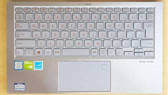 キーボードは、暗闇でも文字が光るイルミネート機能を搭載した、日本語キーボードとなっています。また、タッチパッドには指紋認証が搭載されています。
