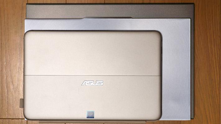 実際に13.3インチの「DELL Inspiron 13 5000 2 in 1(5378)」(幅324mm×奥行224.8mm×厚み20.4mm)と比べてみたところ、13.9インチの「ASUS ZenBook S13(UX392FN)」(幅316mm×奥行195mm×厚み12.9mm)は、それよりも一回り小さいサイズでした。ちなみに一番上は10.1インチの「ASUS TransBook mini H103HAF」(幅261mm×奥行172mm×厚み13mm)になります。
