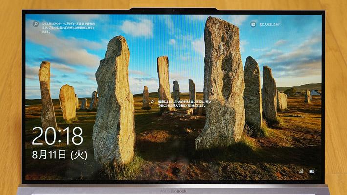そして、画面サイズは13.9インチなのですが、超狭額ベゼルディスプレイによりベゼルが3.5mm(左右は2.5mm)程度しかなく、実質13インチのパソコンと同じくらいのサイズを実現しています。上部にカメラが配置されています。
