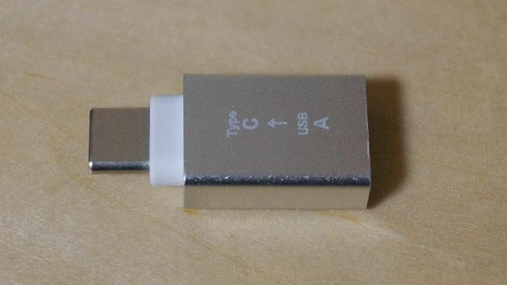 また、他の100均で売られている変換アダプタは、プラスチック製のものが多いのですが、こちらのダイソーの変換アダプタは「アルミニウム合金」でできているそうです。本体には「USB A → Type C」と書かれています。