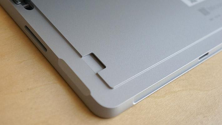 microSDカードスロットは、キックスタンドを開いたところにあります。