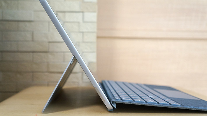普段はパソコンと一体化しているキックスタンドを広げることにより、無段階でパソコンの角度を調整することが可能です。