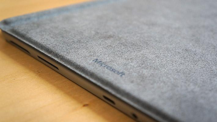 ブラックの素材は「マイクロファイバー」と呼ばれる合成繊維が使われているのに対して、その他の3色は「Alcantara」と呼ばれる、アルカンターラ社が製造・販売するカバリング素材が使われていました。天然スエードに近いようです。