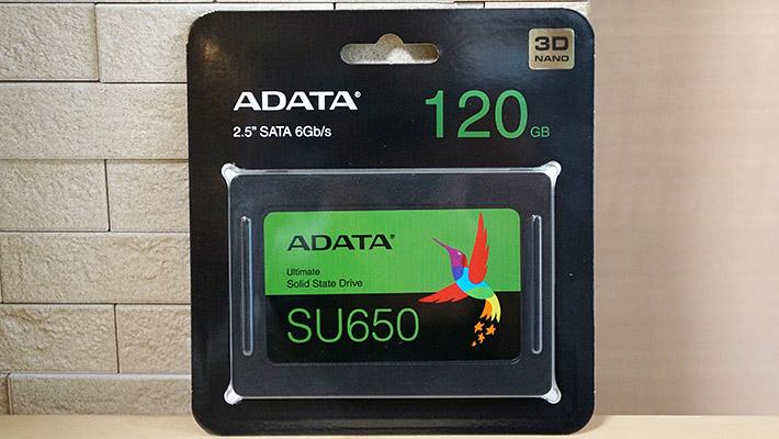 SSDのメーカーですが、「Kingston」や「Crucial」、「SanDisk」や「Western Digital」など、色々なメーカーの製品が販売されているのですが、今回はコスパを重視して「ADATA」のSSDにしました。