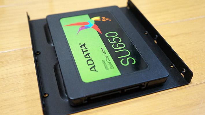 そしてHDDが3.5インチだった場合にはマウンタ(600円程度)を使って、3.5インチのサイズに合わせます。3.5インチ用のマウンタを使用した場合はこちらのようになります。