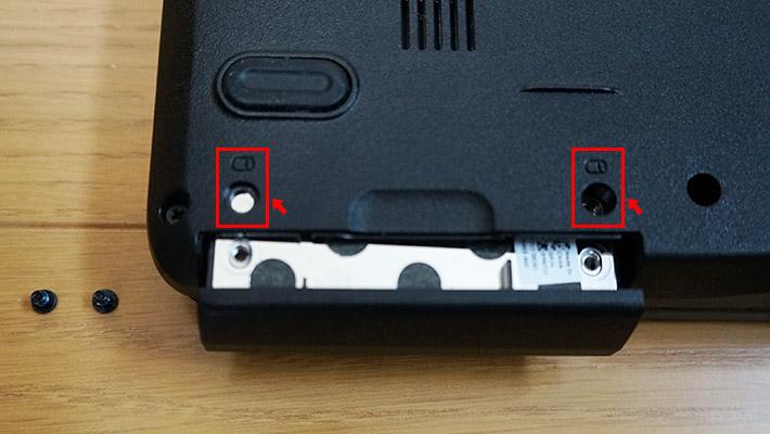 ねじを2本外したら、溝を指で引き抜くと、HDDが取り出せます。
