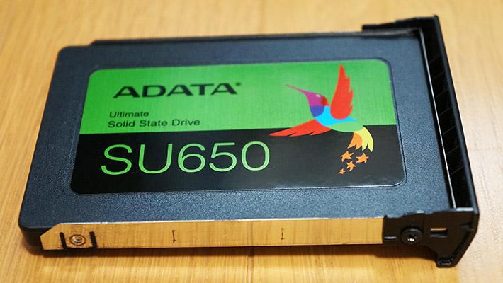 さらにHDDについているカバーを外してSSDに付け替えます。