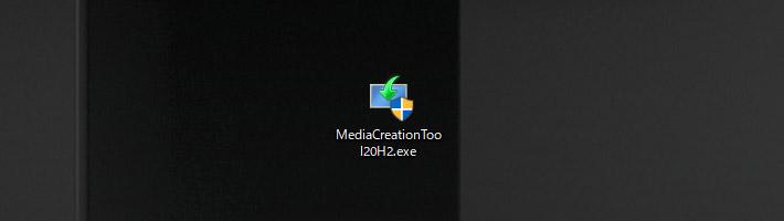すると「MediaCreationTool20H2.exe」という実行ファイルがダウンロードされますので、こちらをダブルクリックして実行します。「このアプリがデバイスに変更を加えることを許可しますか?」と表示されますので「はい」をクリックして進みます。